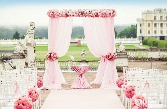свадебная арка оформленная цветами