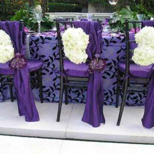 oformlenie-zala-na-svadbu-v-fioletovom-cvete