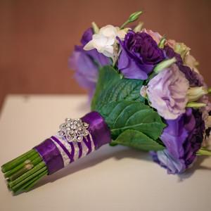 svadba-v-sine-fioletovyh-cvetah